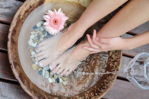 Ngâm chân là một trong những biện pháp trị giãn tĩnh mạch khá tốt