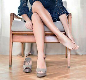 Việc mang giày cao gót thường xuyên là một trong những lý do dễ dẫn đến giãn tĩnh mạch