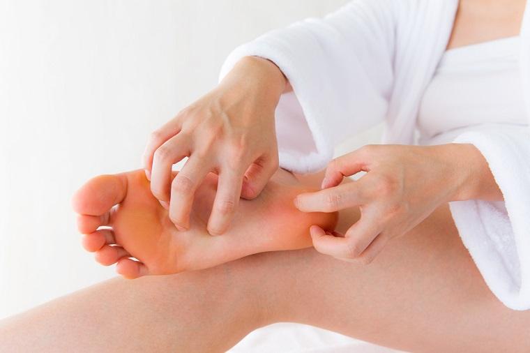 Hãy bắt đầu từ bàn chân trước khi di chuyển lên bắp chân